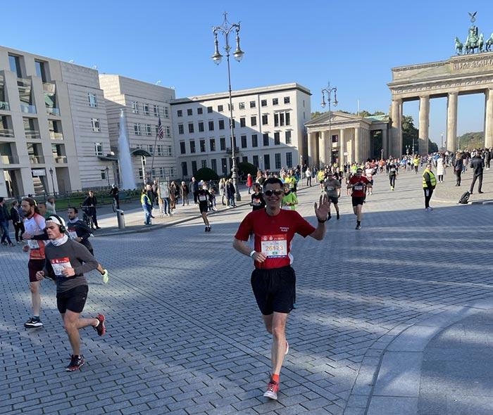 Läufer mit Sonnenbrille, im Hintergrund das Brandenburger Tor