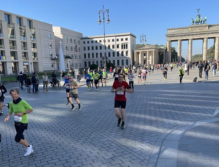 Läuferinnen und Läufer kurz nach dem Brandenburger Tor